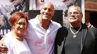 دواین جانسون در کنار پدر و مادرش