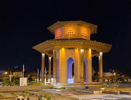 آرامگاه میرزا کوچک خان جنگلی به شکل هشت ضلعی است